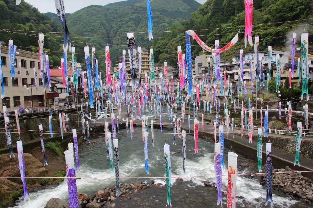 湯煙を背景に大量の鯉のぼりが泳ぐ「杖立温泉」