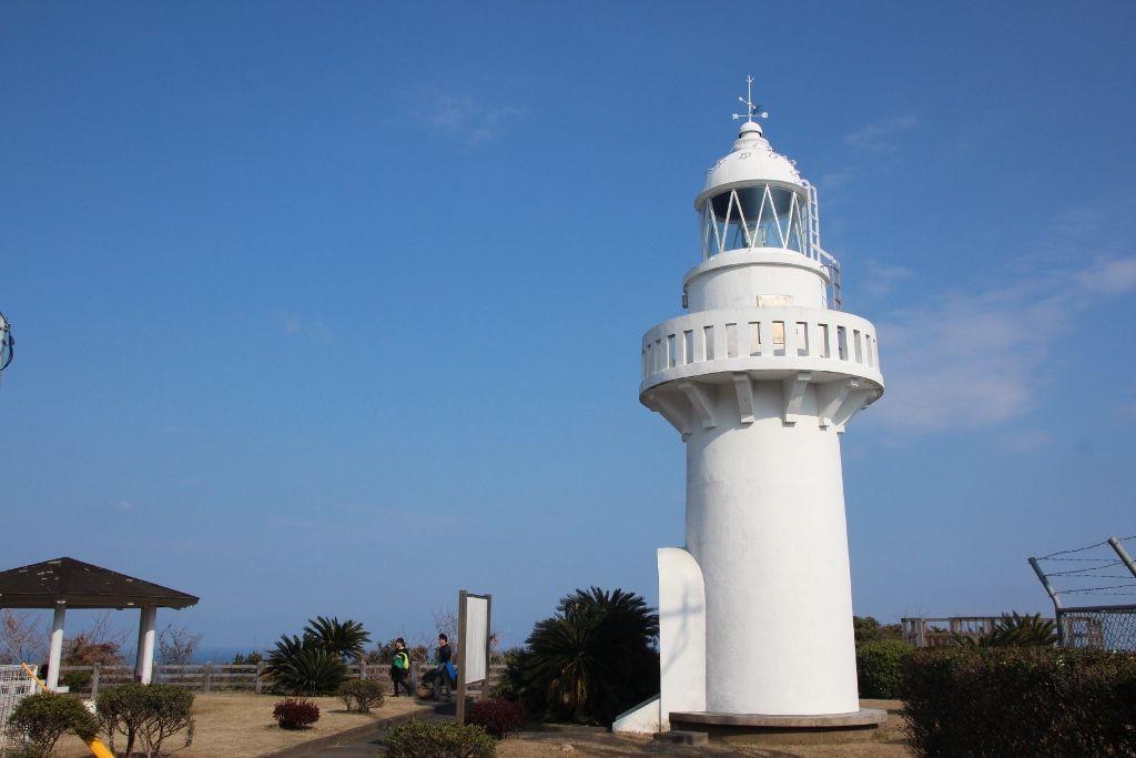 碧い海、青い空に映える白亜の細島灯台
