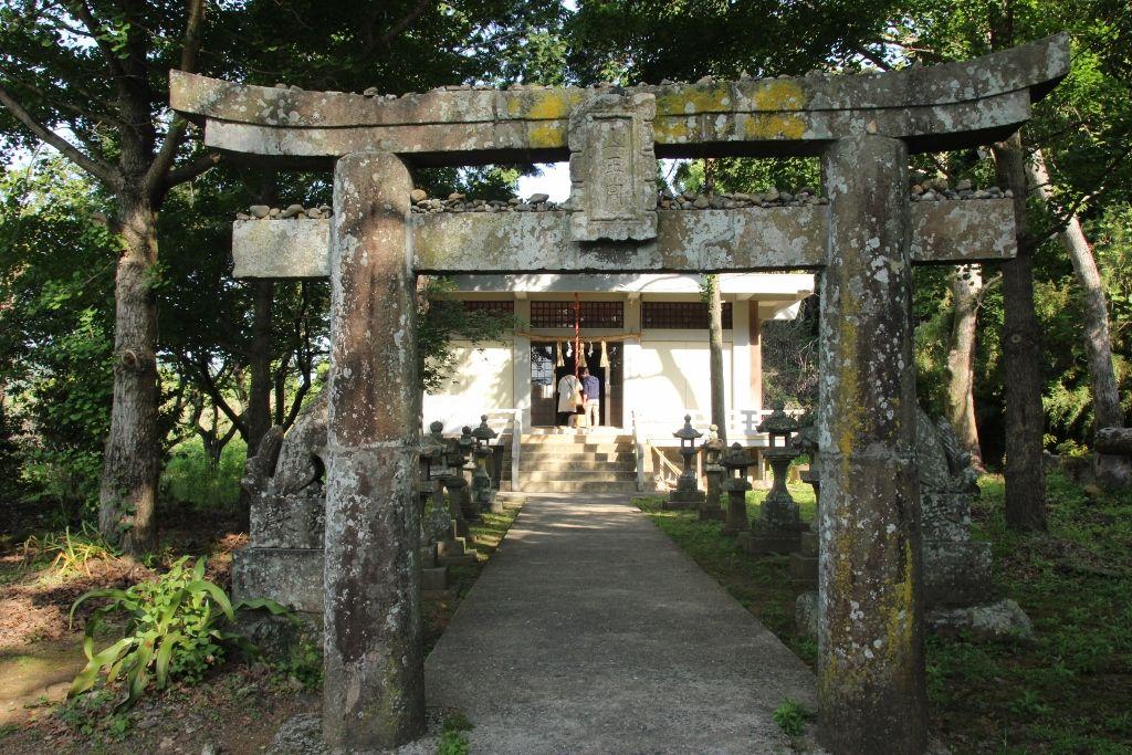 宝当神社にお参りする前に高島の氏神様「塩屋神社」へご挨拶を