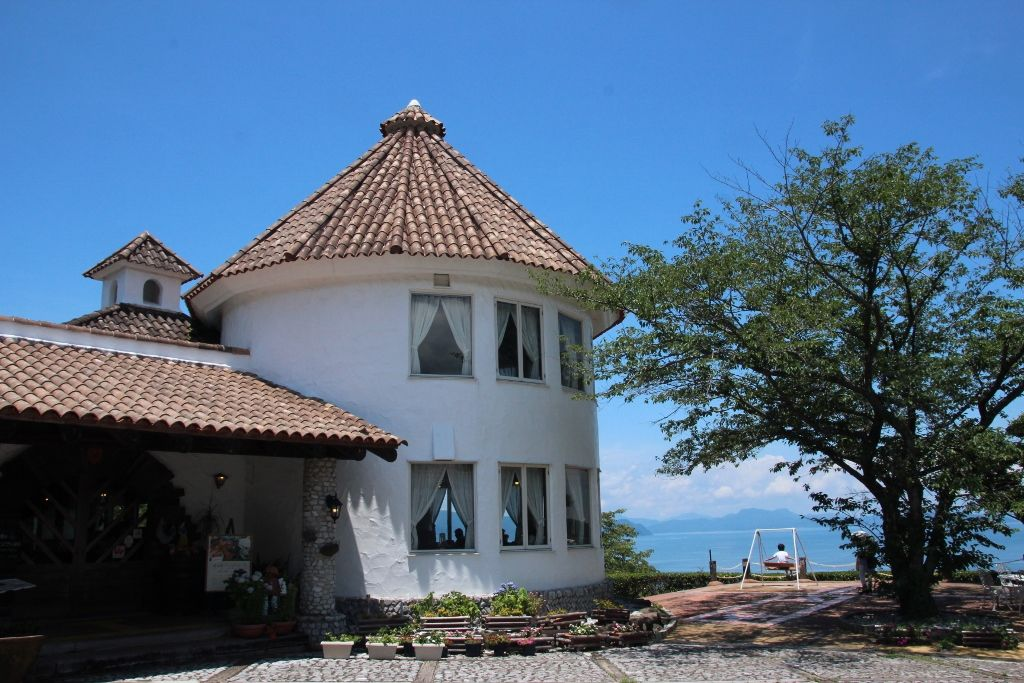 赤いとんがり屋根と白壁が印象的「バレンシア館」