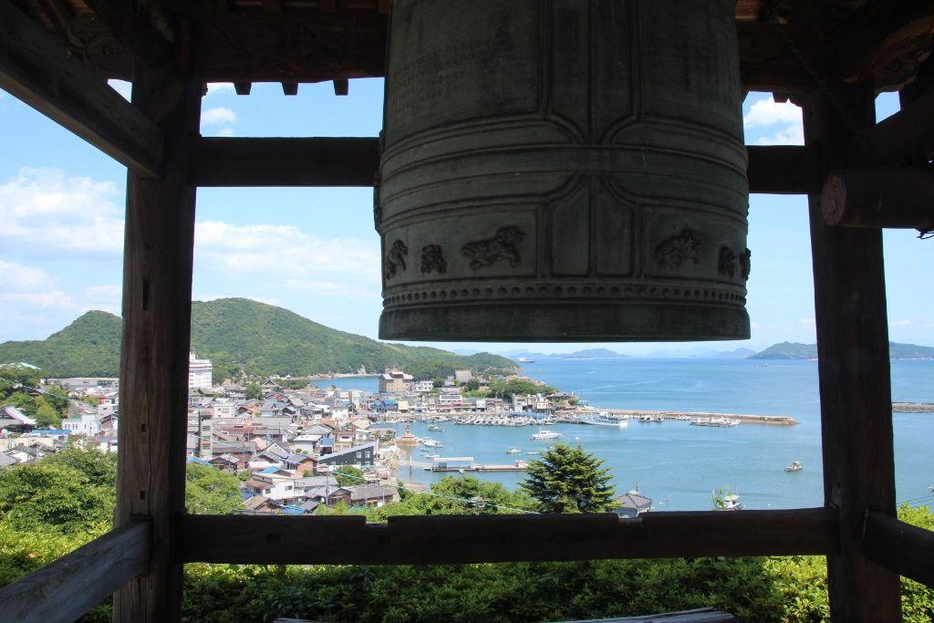 鞆の浦の港を一望できる古刹「医王寺」