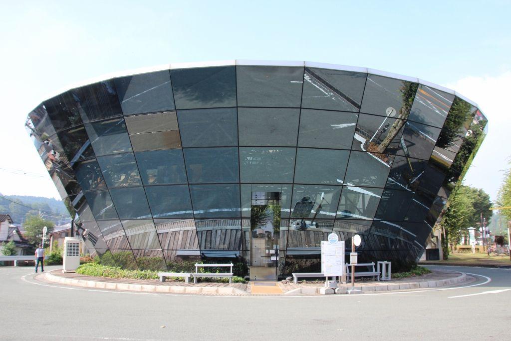 ミラーガラスの外壁が目を引く「道の駅小国」
