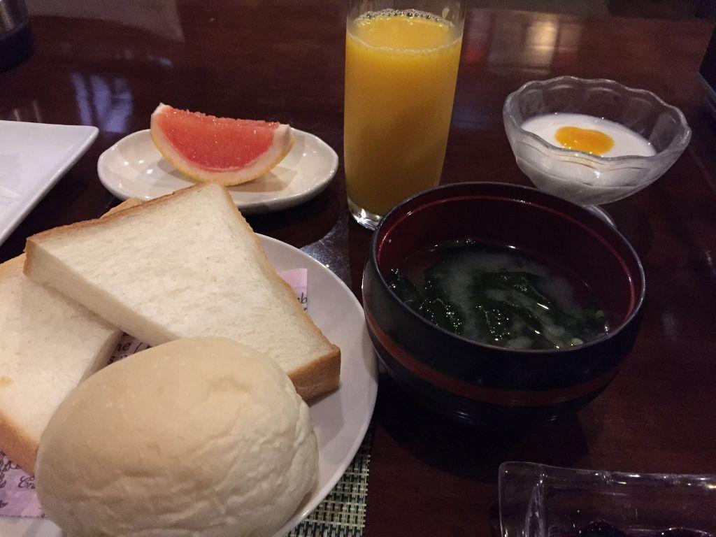洋風の朝食に味噌汁が付いて嬉しい驚き!