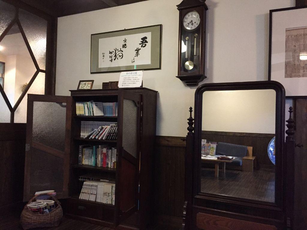 レトロ感漂う ゆの香文庫があるフリースペースやラウンジ