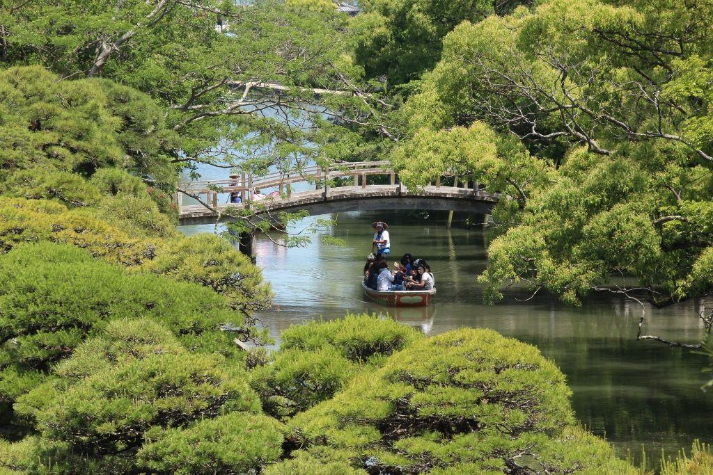 どんこ舟に乗って川下りは柳川名物
