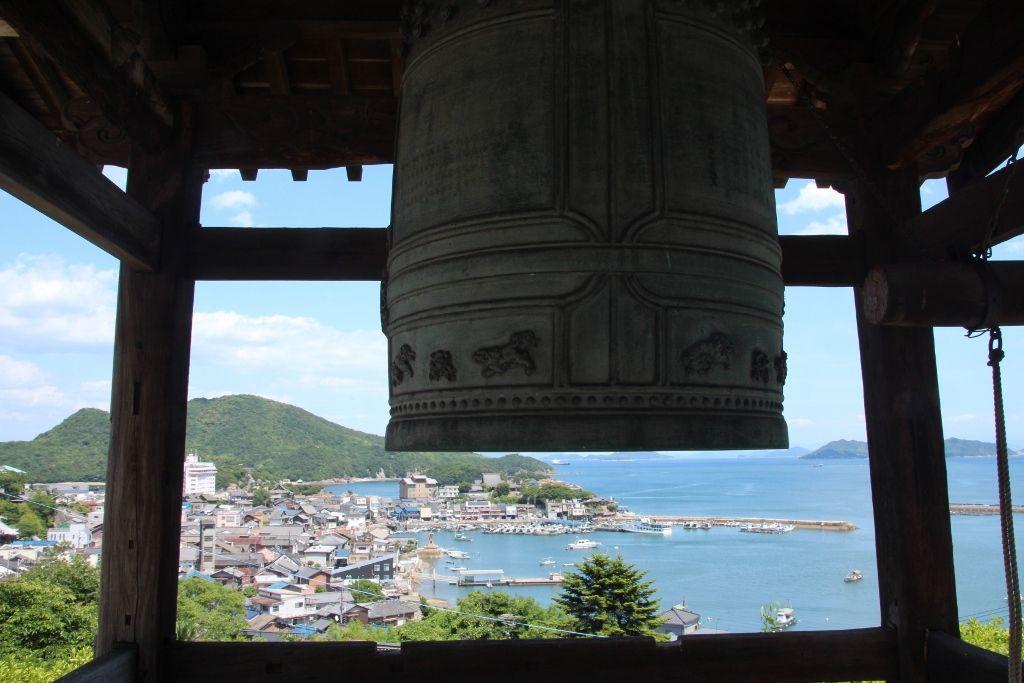 医王寺から望む、常夜灯が溶け込んだ鞆港