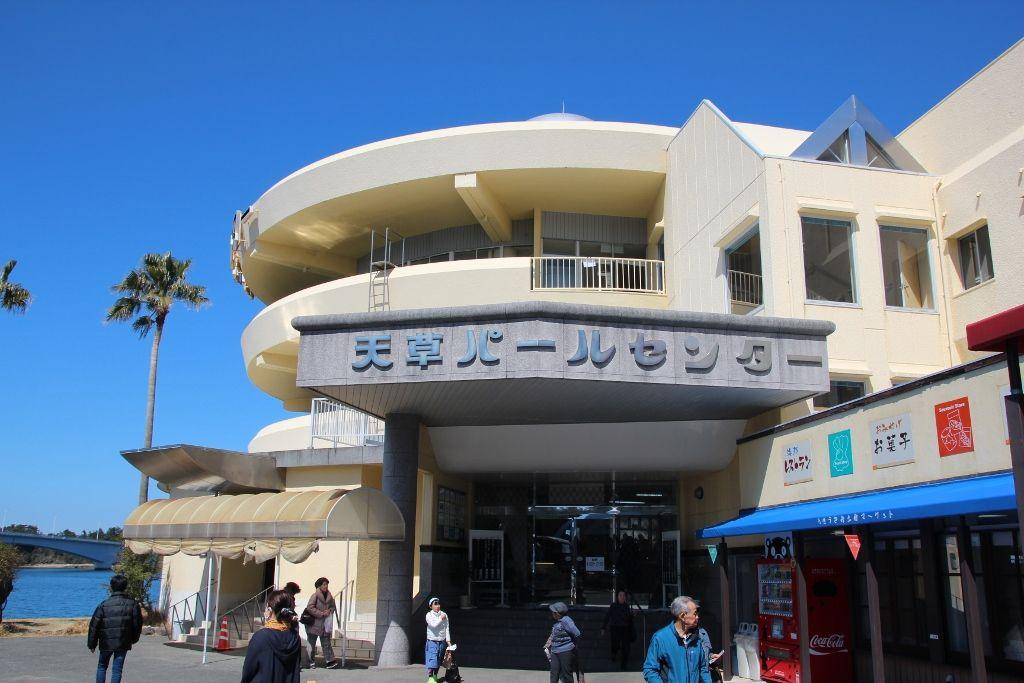 美しい天草の海を背に立つ「天草パール・センター」の四郎像