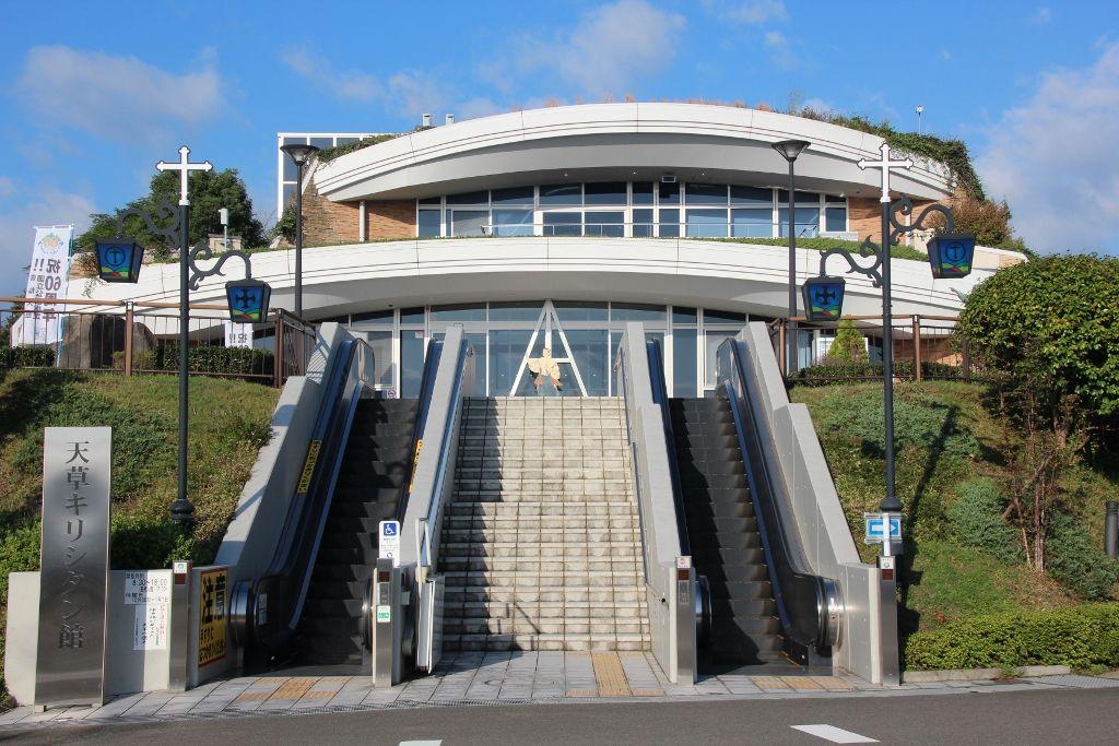 天草四郎のイメージに一番近いとされる像が立つ「天草キリシタン館」