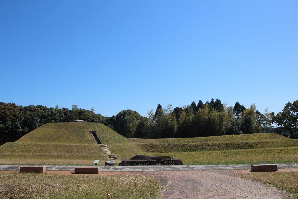 前方後円墳の形がはっきりわかり内部も見学できる「13号墳」