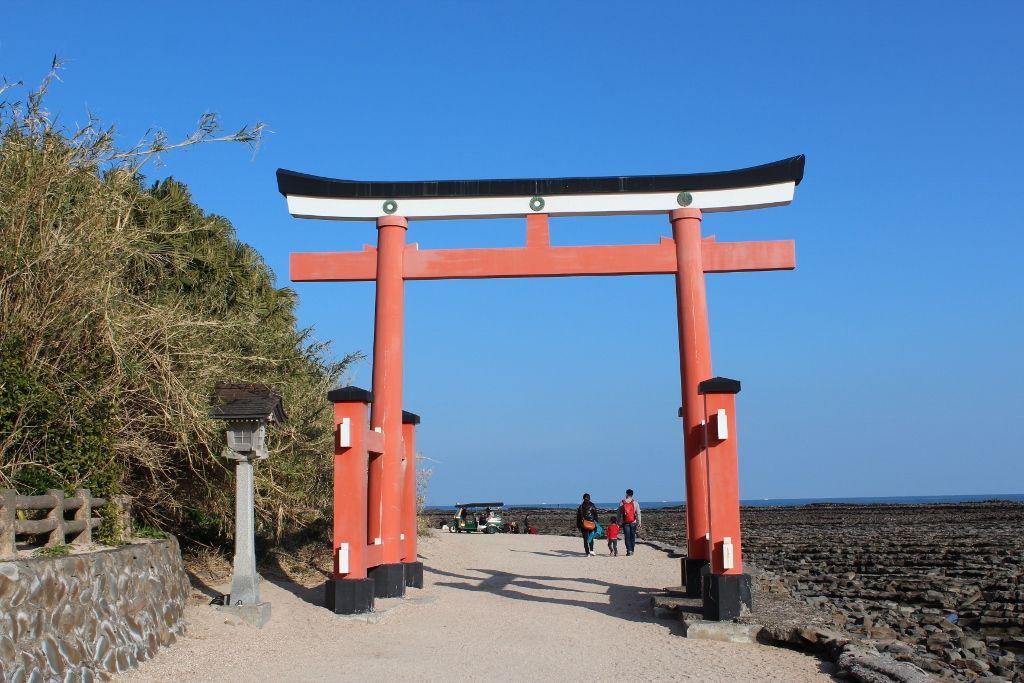 青空に映える真っ赤な鳥居が印象的な青島神社