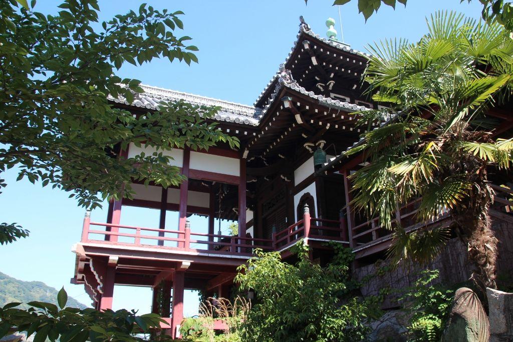 京都清水寺を模した西方寺「普明閣」