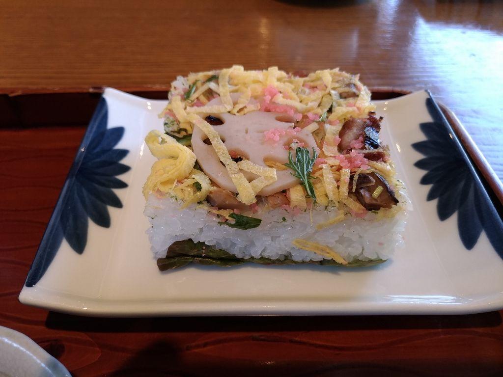 岩国名物「岩国寿司」と「蓮根麺」