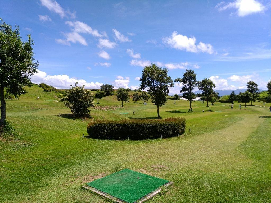 広々とした草原でゴルフやアスレチックで遊ぶ