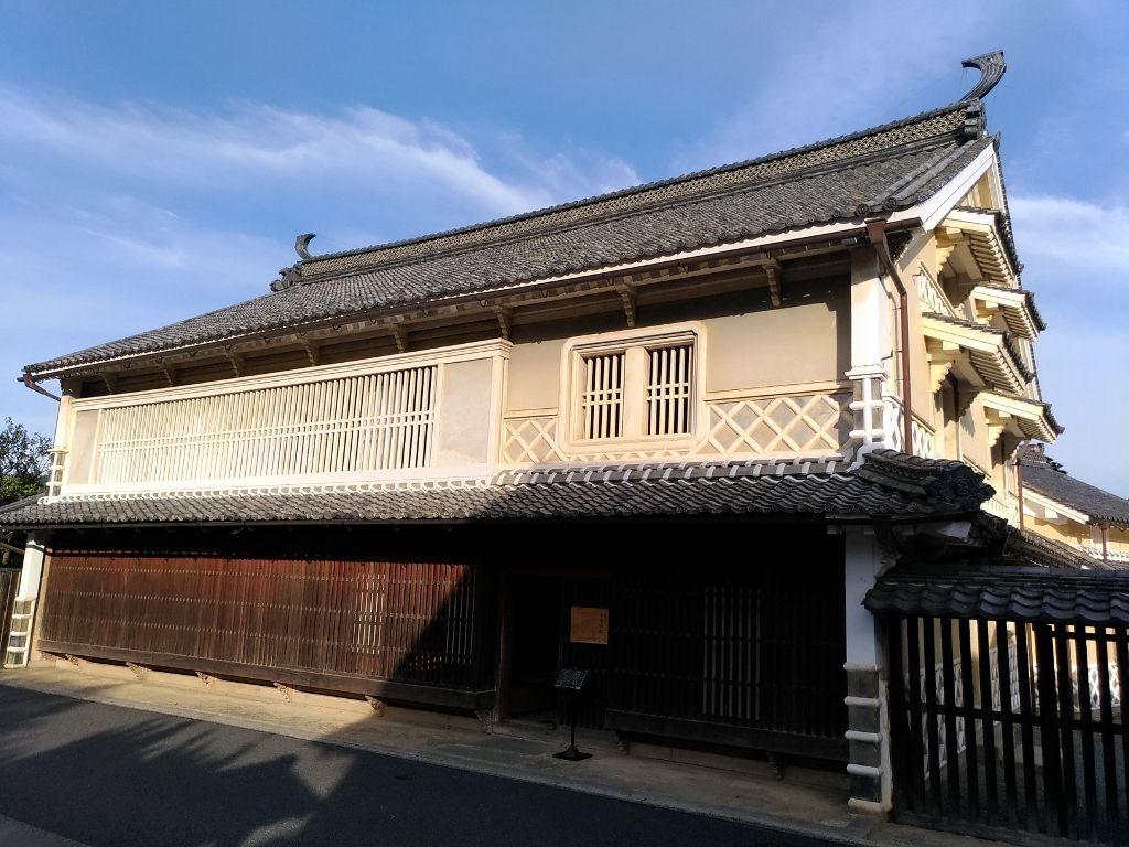 重厚な日本建築の上芳我家母屋で豪商の勢威を感じる