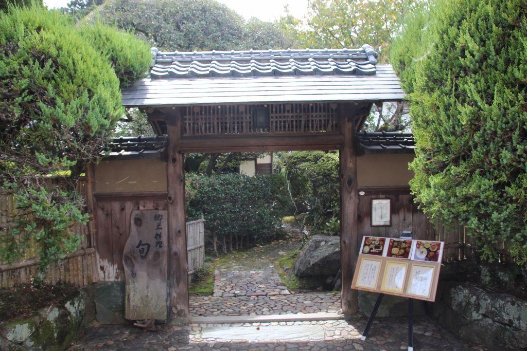 小京都散策のあとに武家屋敷でランチ 郷土料理「旬」