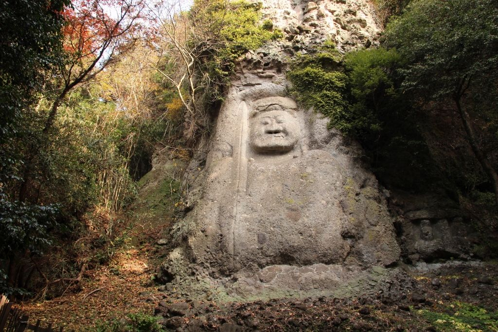 自然と融け合う日本最大級の「熊野磨崖仏」