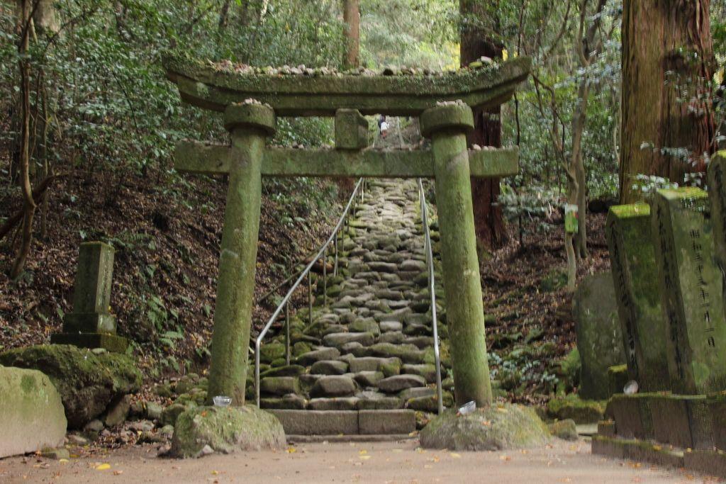 熊野磨崖仏に会うには信心が試される石段