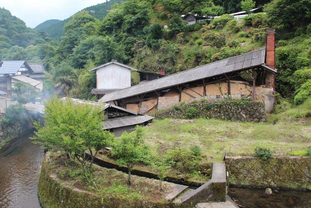 里の中央に建つ共同登り窯