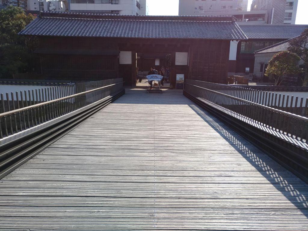 130年ぶりに架橋した「出島表門橋」から異空間へ