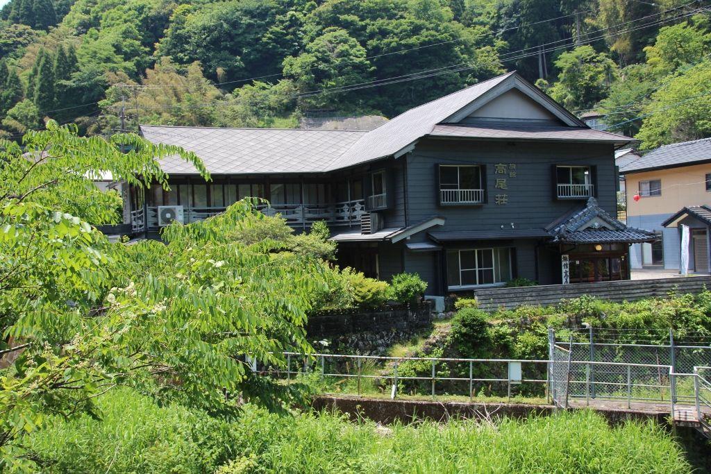 湯平温泉を流れる花合野川沿いに佇む高尾荘
