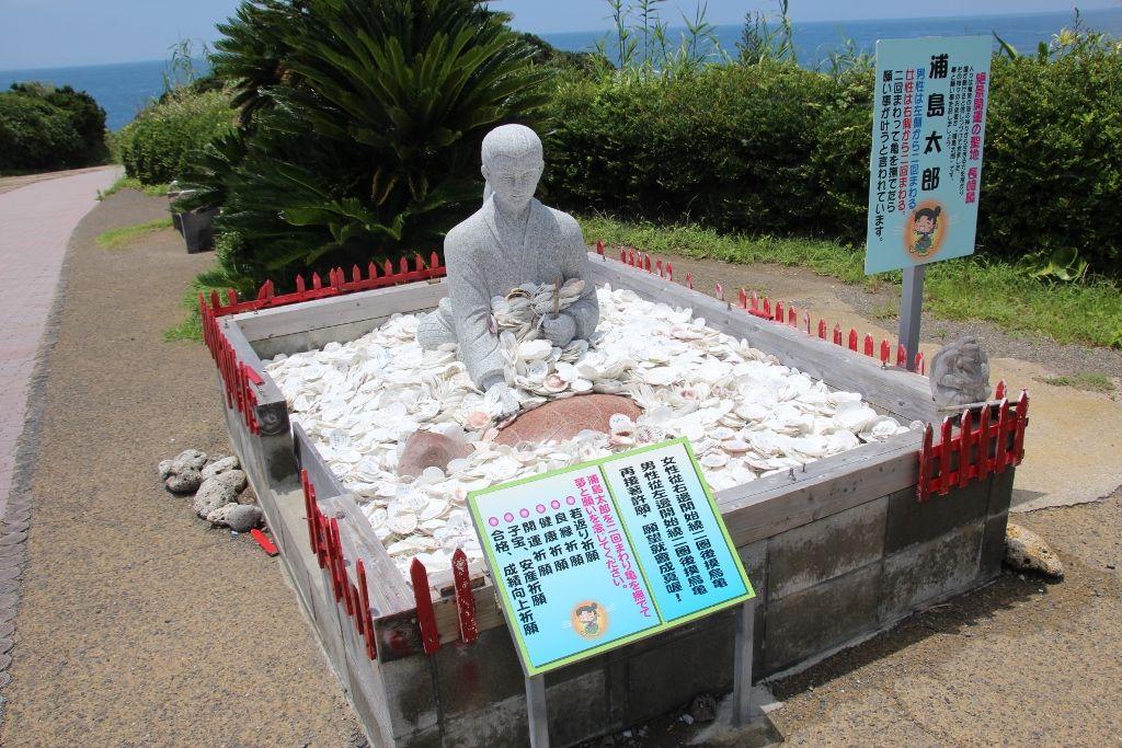 願い事をかなえる浦島太郎と海亀の石像