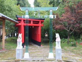 ガラスの鳥居と千本鳥居の融合 鹿児島鹿屋市「神徳稲荷神社」