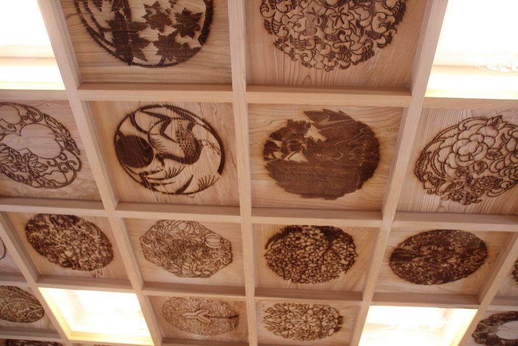 ガラスの祭壇と天井の彫刻に注目