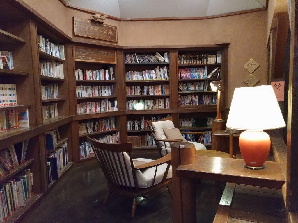 温泉の後は図書室やテラスで癒しとくつろぎの時間を