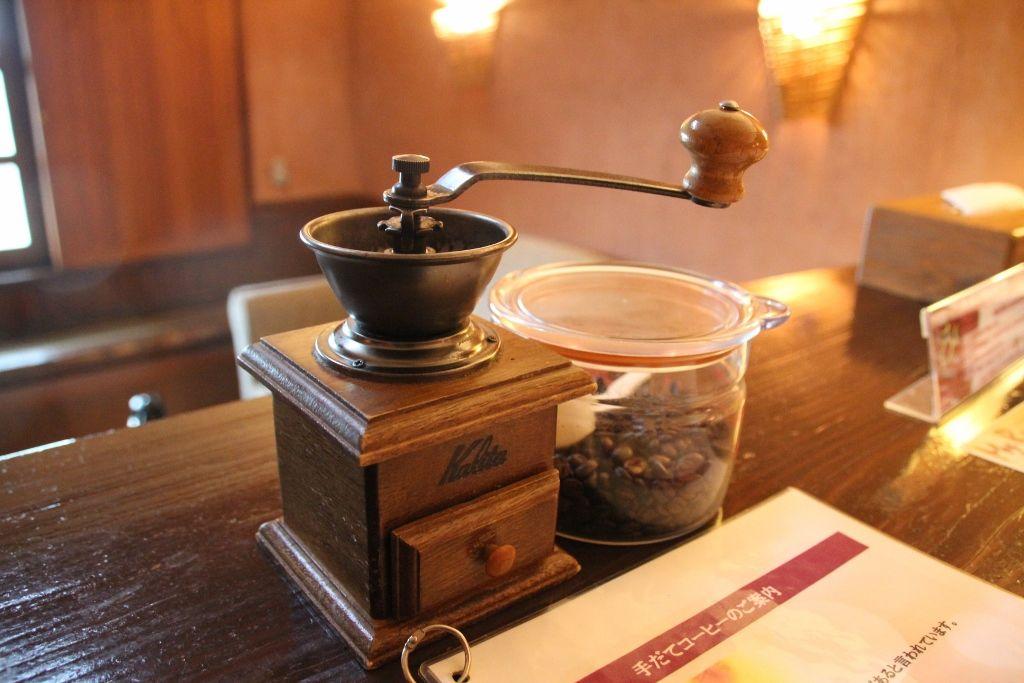 室内にはコーヒー豆とコーヒーミルも