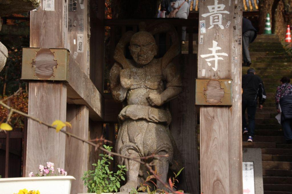 国東半島では珍しい仁王門に収められて立つ富貴寺の仁王像