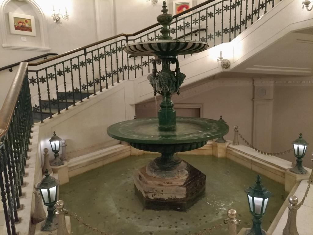 階段や調度品も雪の結晶