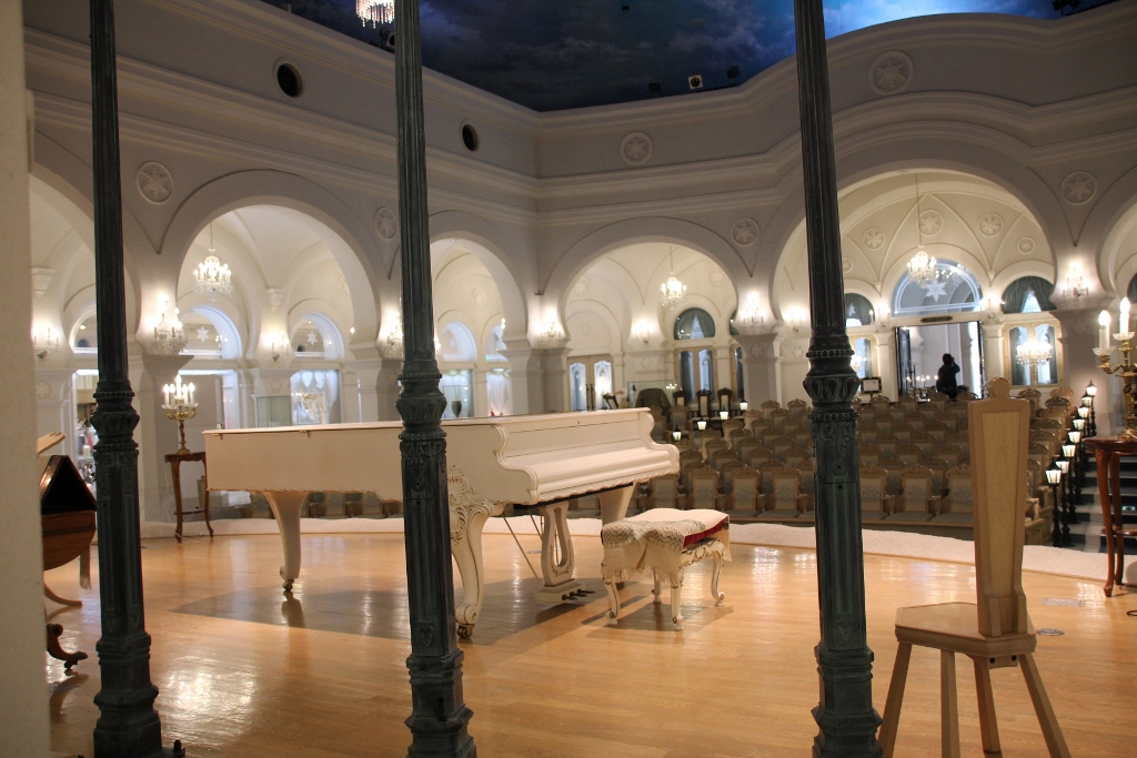 挙式も行える国内で2台しかないピアノが置かれた「音楽堂」