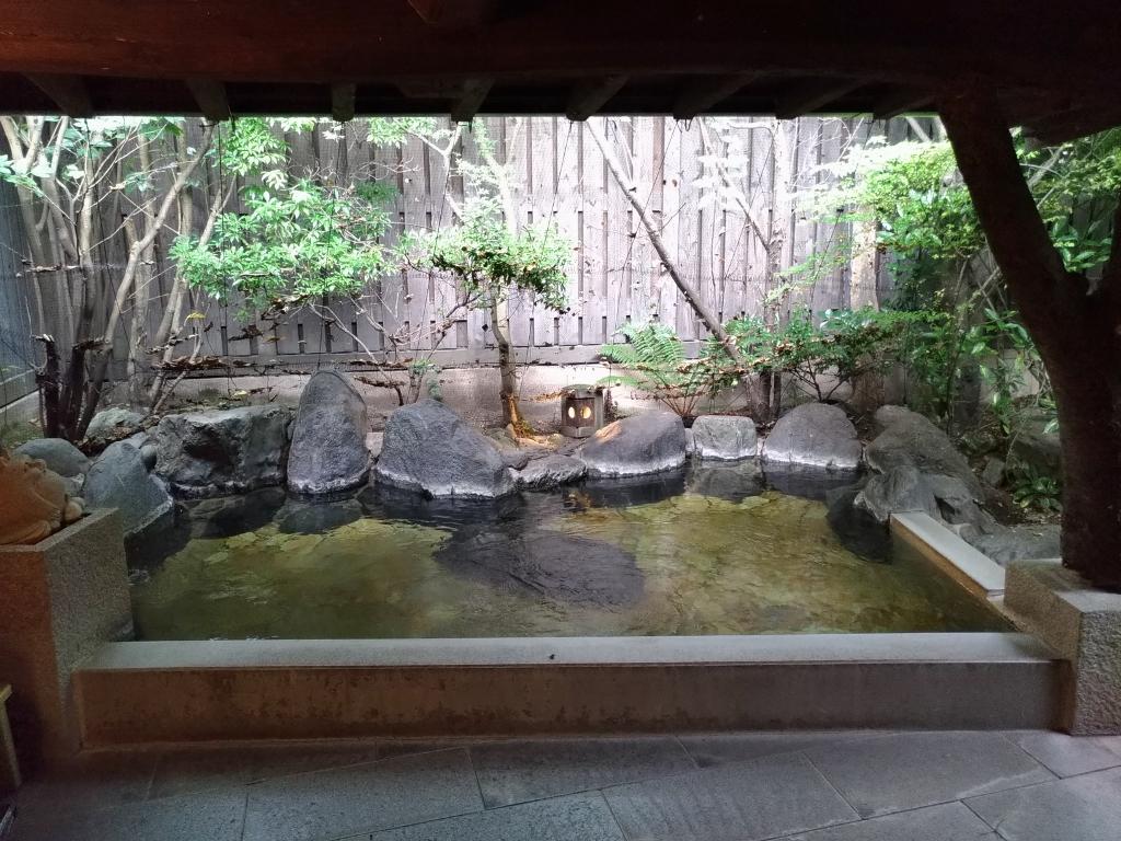 檜風呂やアジアンテイストの内風呂と四季を感じる露天風呂