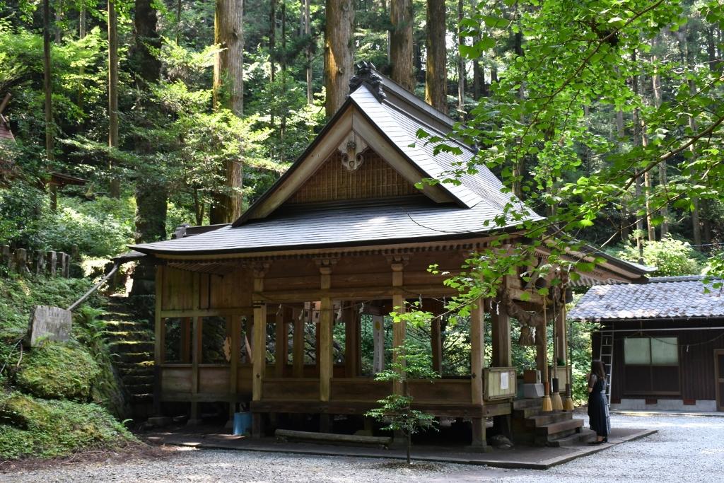 静寂の中に建つ 縁結びの神様を祀る神社