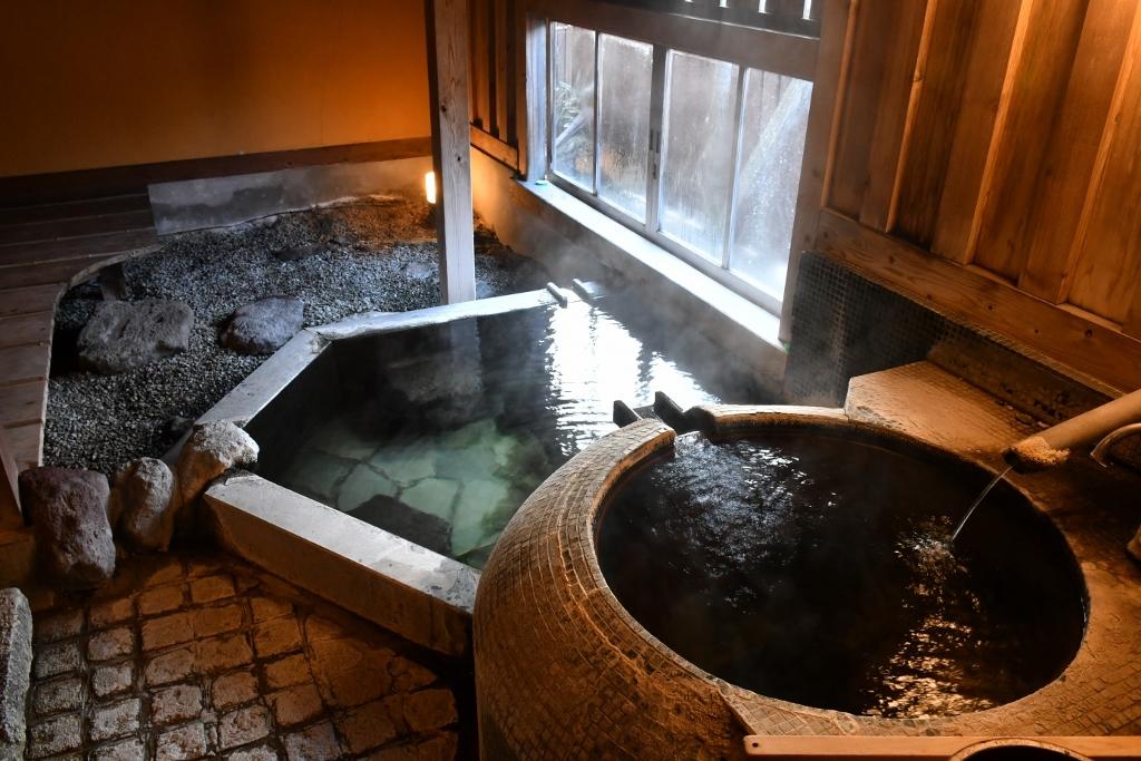 全室にある源泉かけ流し温泉で24時間入浴できる無尽蔵