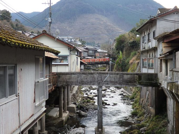 小さな川のせせらぎを囲む、味わい深い温泉街