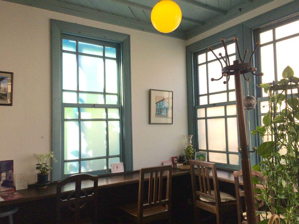 時が止まったようなカフェ「青い理髪館」