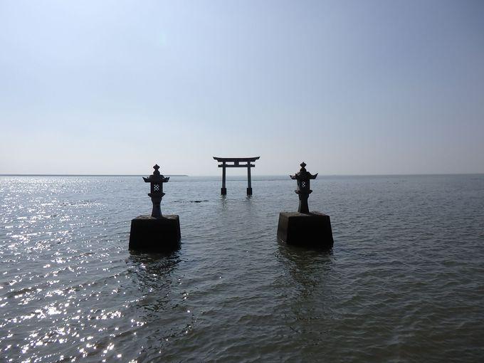 海の中に鳥居と灯籠!