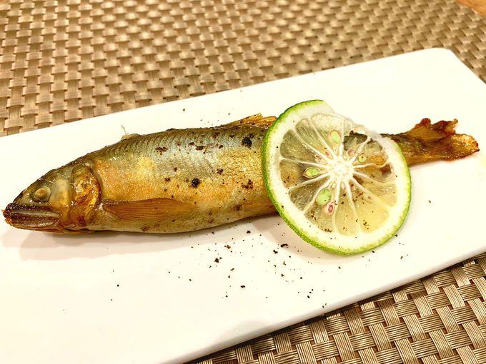 日田杉のテーブルでいただく、土地の恵みたっぷりの料理