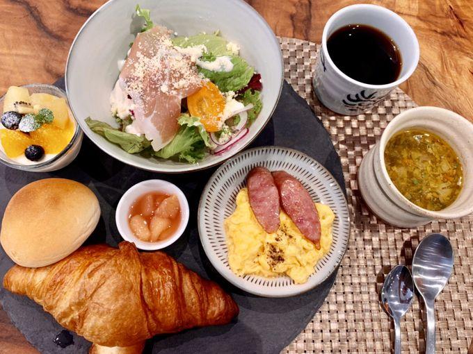 朝食は、美しいプレート仕立てで