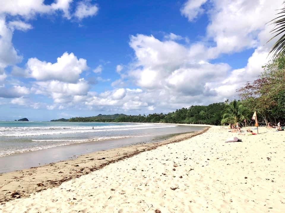 青い空に白砂のロングビーチ!
