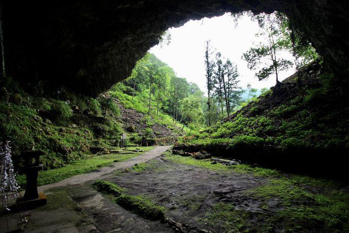 異世界への入り口!?洞窟の中の社殿