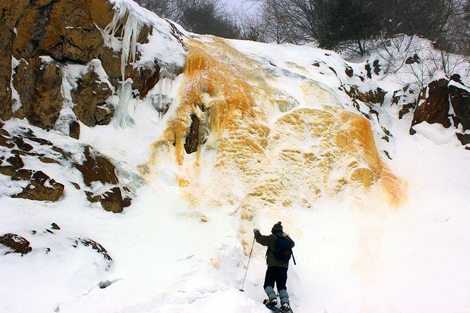 火山が作る不思議な黄金色の滝