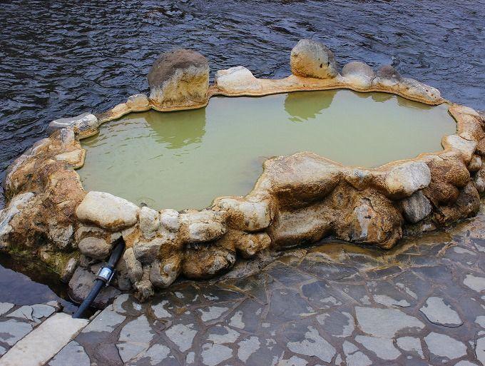 大分・長湯温泉外湯巡りの宿「ガニ湯本舗・天風庵」温泉街のシンボル的混浴露天風呂が至近!