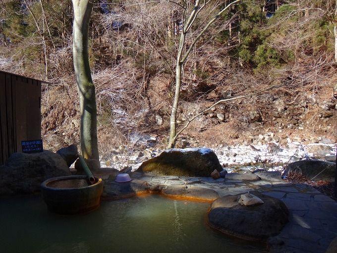 天候によって色が変わる川沿いの露天風呂