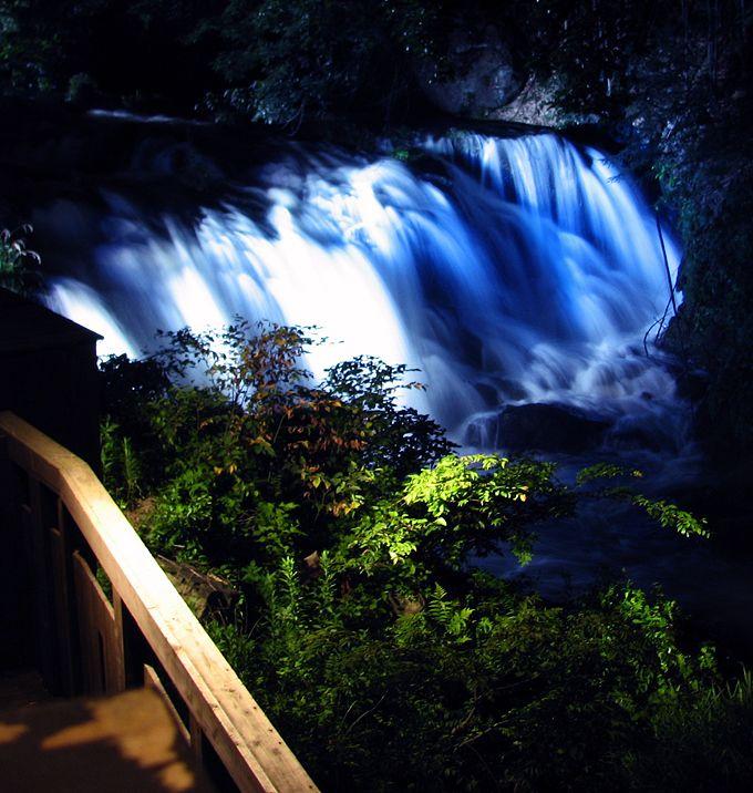 滝がライトアップ!福島「会津東山温泉 庄助の宿 瀧の湯」のパワースポット露天風呂