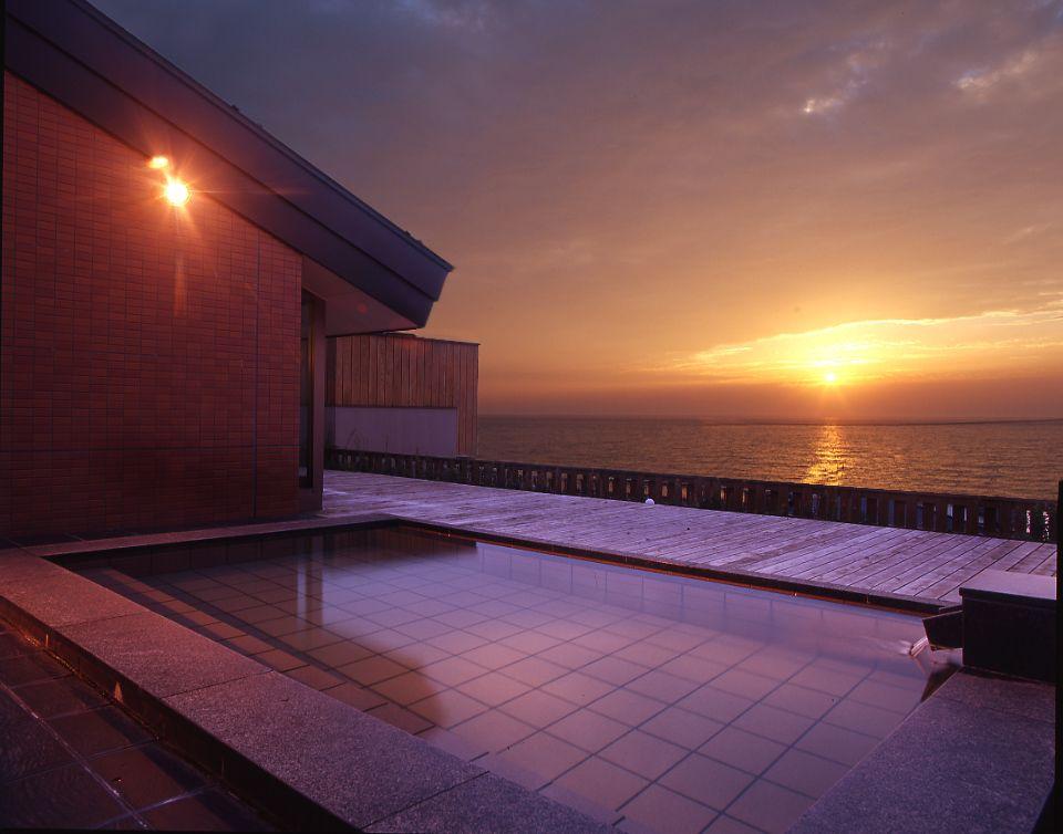 日本海に沈む夕日、ゆ処そば処 磐舟の絶景露天風呂