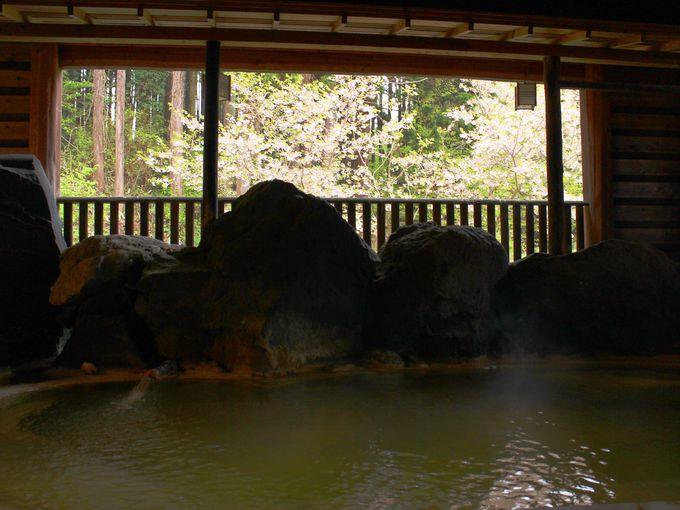 雄山閣の露天風呂は湯の花でできている!?