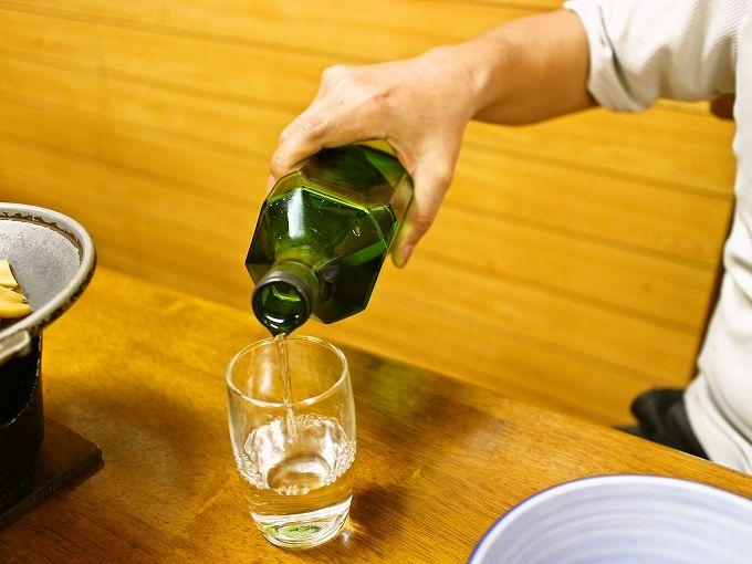 あしたば荘の夕食には飲み放題の島酒の瓶が!