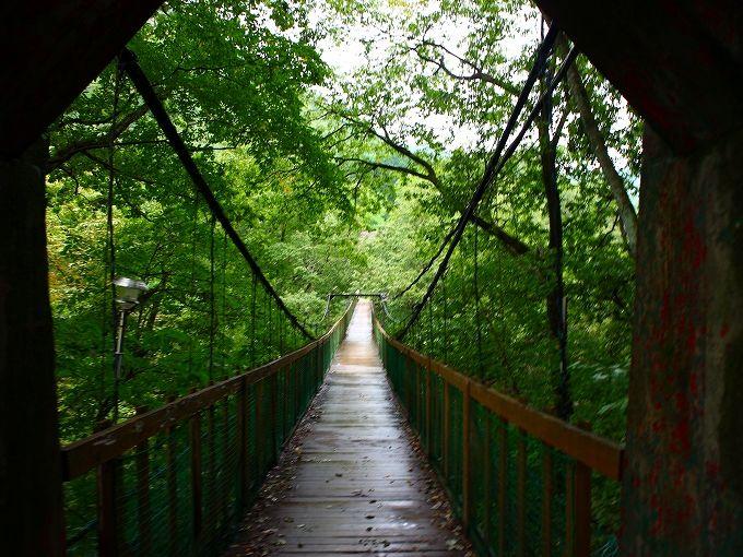 吊り橋を渡って秘湯・信夫温泉のんびり館へ